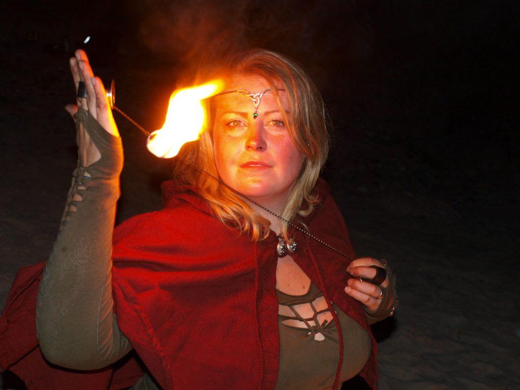Draganea Feuertanz posiert bei Feuershow am Strand mit der FireFly